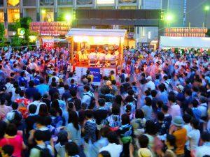 夕暮れ時、生演奏の唄と囃子を背景に、最高潮を迎える郡上踊り。