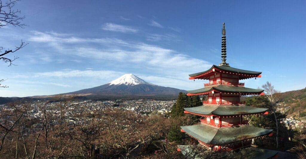 新倉山浅間公園の忠霊塔」